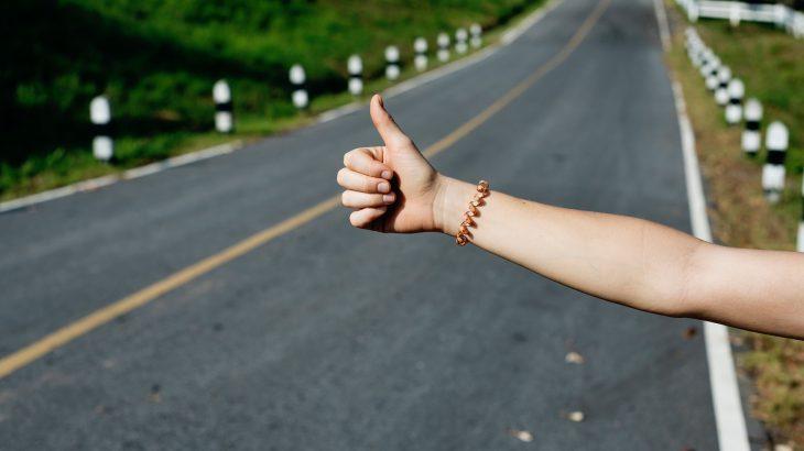 【保存版】ヒッチハイクの成功率が劇的に上がるコツと女性の注意点